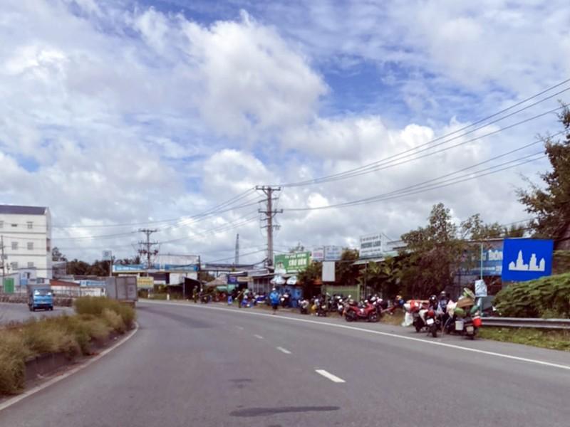Nhiều người dân hiện đang bị chặn tại của ngõ vào tỉnh Hậu Giang. Ảnh: PH
