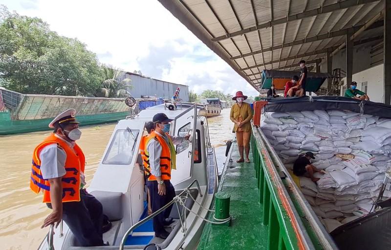 Người điều khiển phương tiện thủy gặp khó trong xét nghiệm COVID-19 - ảnh 1