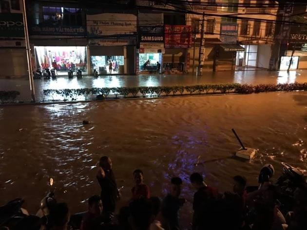 Cây xanh nhiều tuyến phố Hà Nội gục đổ sau bão số 3 - ảnh 2