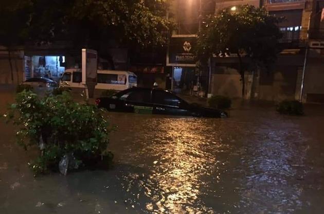 Cây xanh nhiều tuyến phố Hà Nội gục đổ sau bão số 3 - ảnh 1