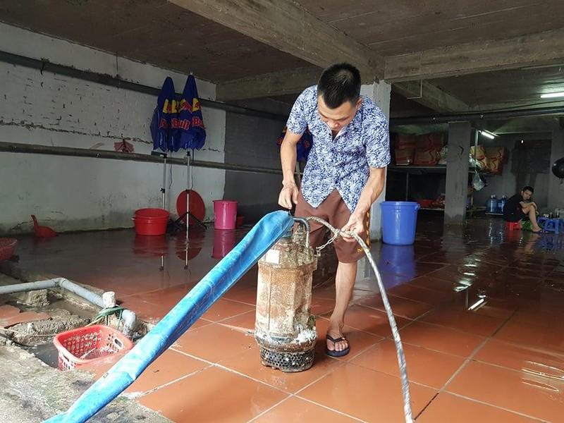 Hà Nội: Người dân sắm máy bơm hút nước tràn vào nhà sau bão - ảnh 3