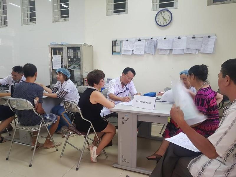 Sau vụ cháy Rạng Đông: Lo nhiễm độc, người dân ùn ùn đi khám - ảnh 2