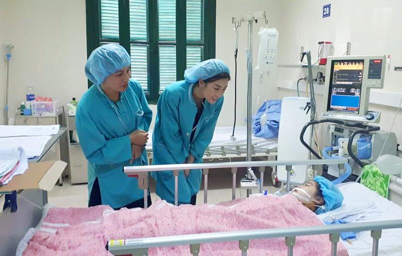 Hoa hậu Đỗ Mỹ Linh tặng 300 triệu đồng giúp bệnh nhi ghép tim - ảnh 2