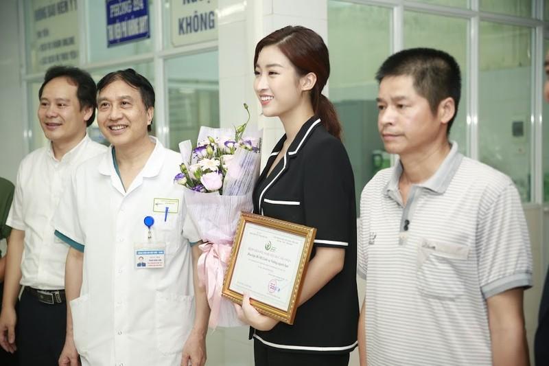Hoa hậu Đỗ Mỹ Linh tặng 300 triệu đồng giúp bệnh nhi ghép tim - ảnh 1