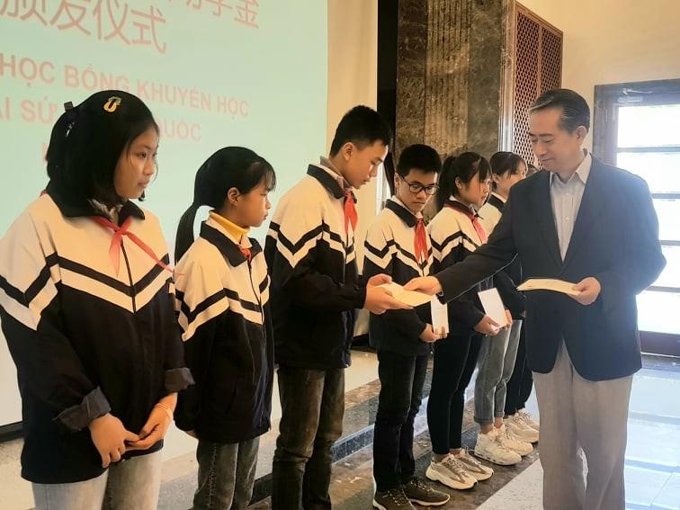 Đại sứ quán Trung Quốc trao học bổng cho 40 học sinh Việt Nam - ảnh 1