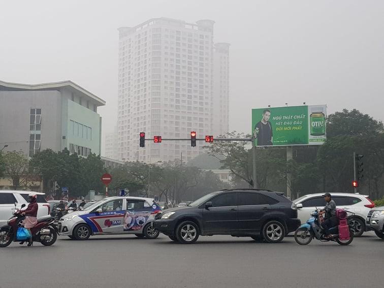 Buổi trưa nhưng Hà Nội vẫn mờ ảo trong sương mù - ảnh 2