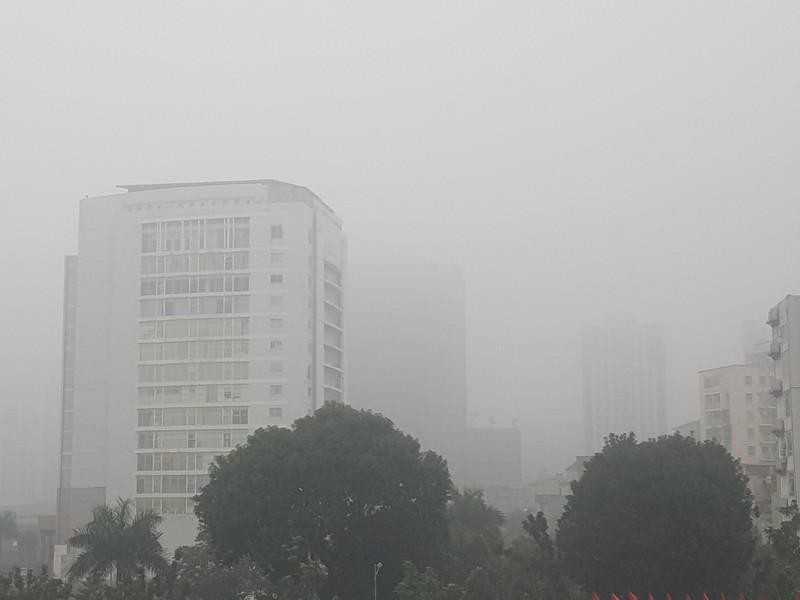 Buổi trưa nhưng Hà Nội vẫn mờ ảo trong sương mù - ảnh 1