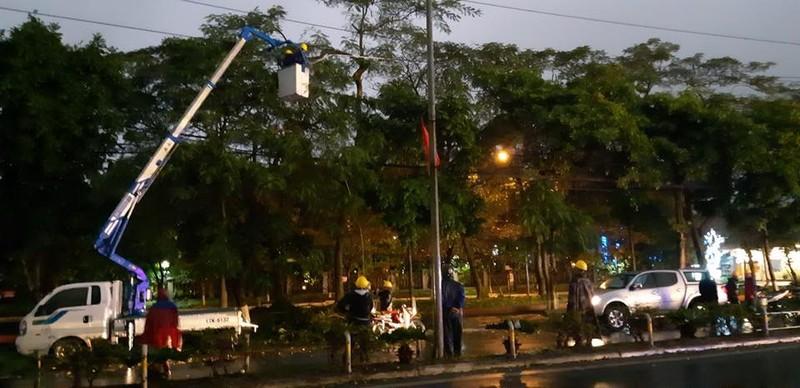 Ngành điện làm việc xuyên tết khắc phục sự cố do mưa đá - ảnh 1