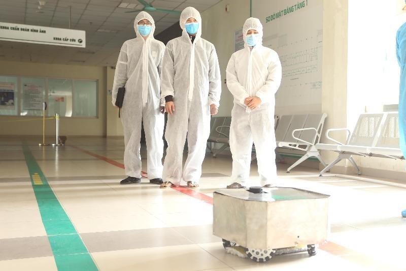 Chế tạo thành công robot lau sàn khử khuẩn phòng bệnh - ảnh 1