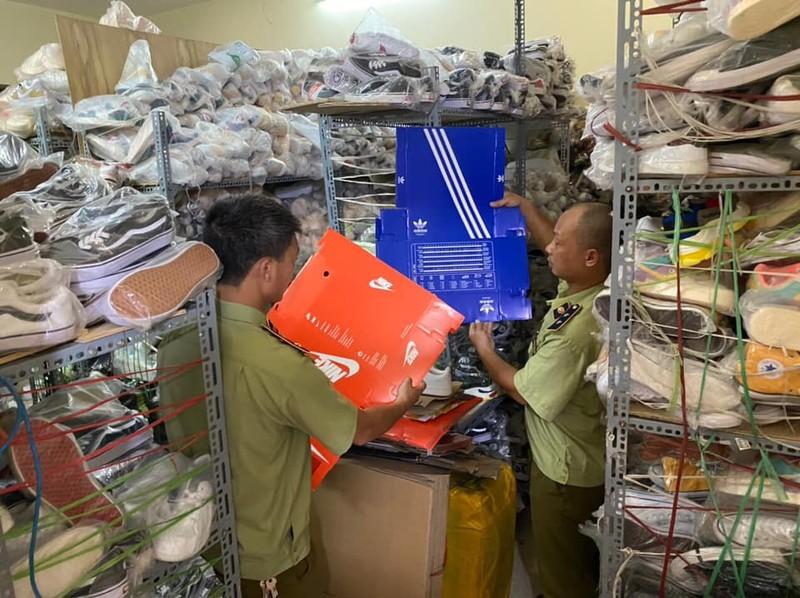 Phát hiện 5.000 sản phẩm Adidas, Nike...dỏm giá 150.000 đồng - ảnh 1