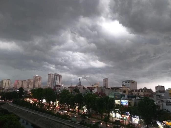 Hà Nội đón mưa vàng sau 10 ngày nắng nóng - ảnh 1