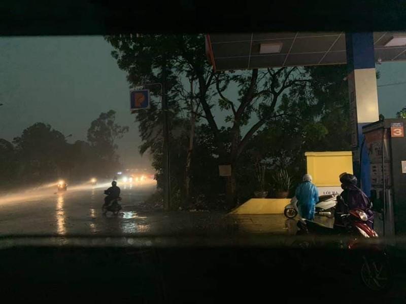 Hà Nội đón mưa vàng sau 10 ngày nắng nóng - ảnh 3