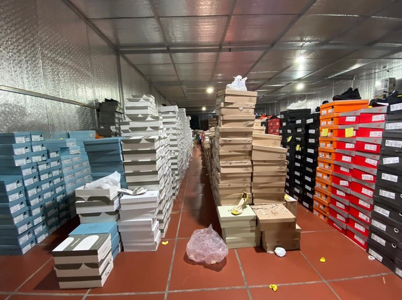 Triệt phá kho hàng lậu hơn 10.000 m2 tại Lào Cai - ảnh 2
