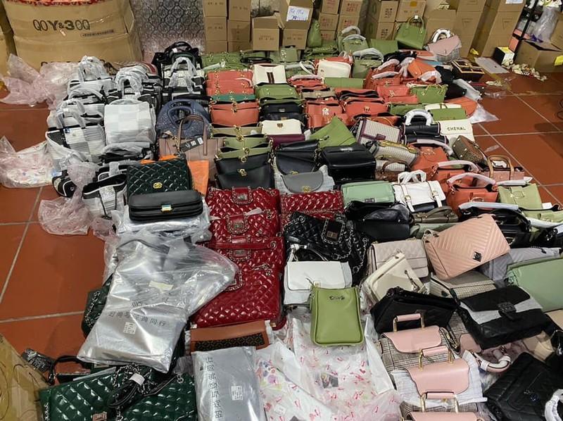 Triệt phá kho hàng lậu hơn 10.000 m2 tại Lào Cai - ảnh 3