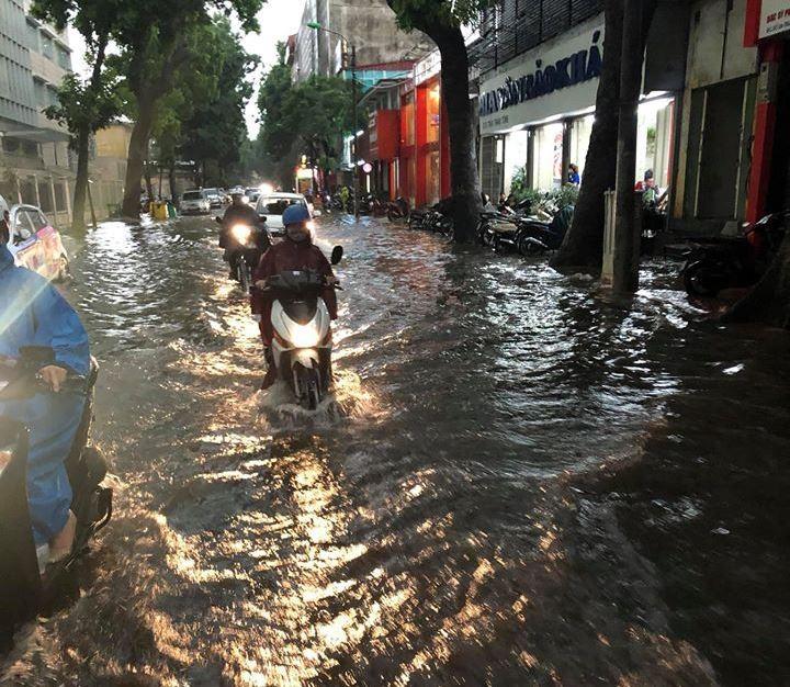 Nhiều tuyến phố Hà Nội đang ngập sâu do mưa lớn - ảnh 1