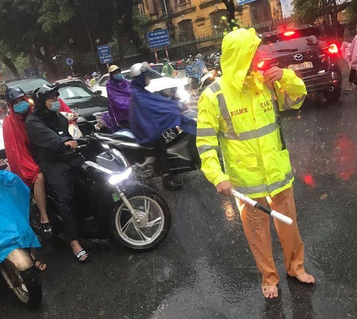 Nhiều tuyến phố Hà Nội đang ngập sâu do mưa lớn - ảnh 3