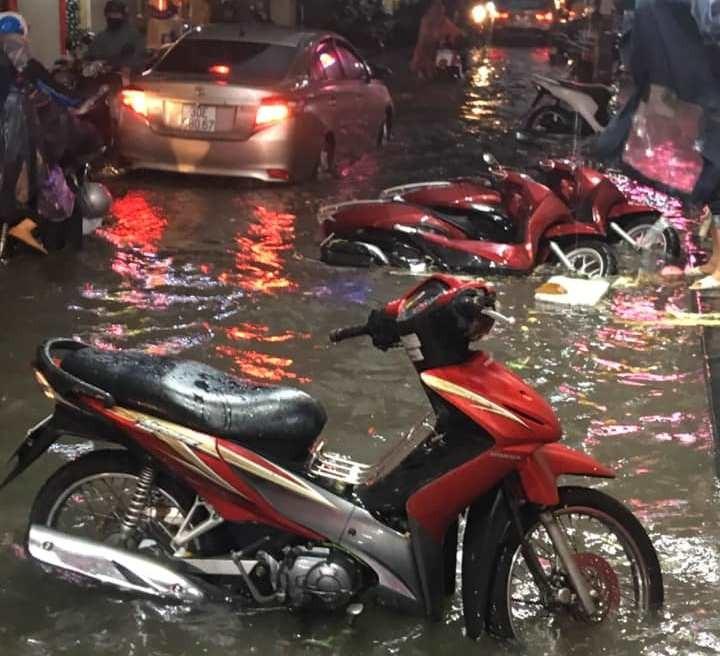 Nhiều tuyến phố Hà Nội đang ngập sâu do mưa lớn - ảnh 2