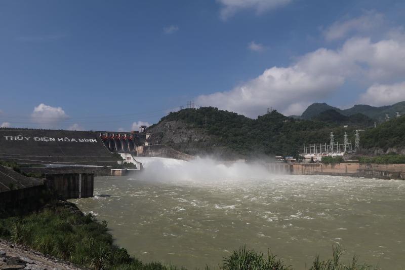 Thủy điện Hòa Bình mở thêm một cửa xả lũ - ảnh 1