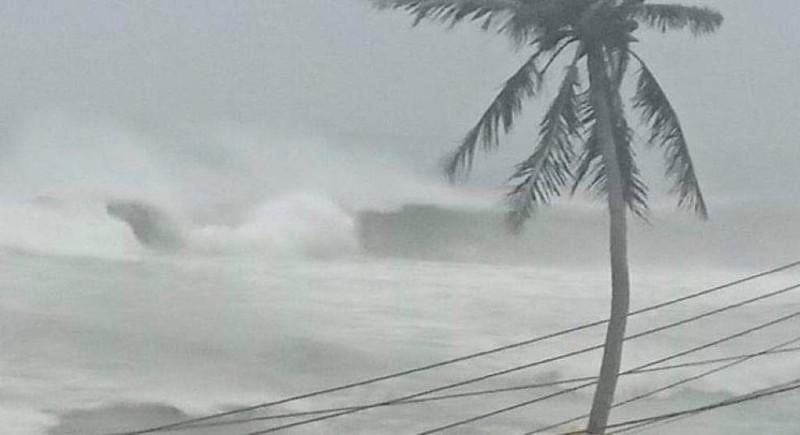 6 giờ sáng nay, 28-10: Sóng biển trắng trời đảo Lý Sơn - ảnh 3