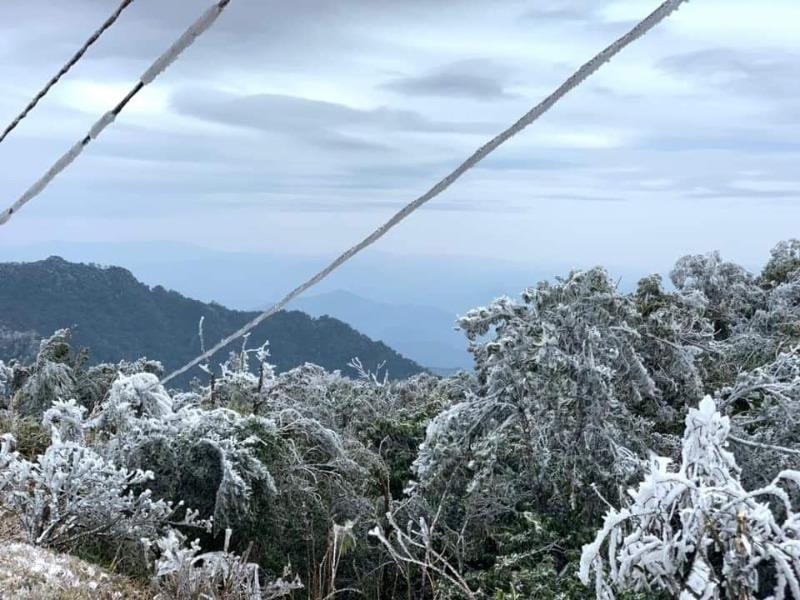Đường dây điện, trạm biến áp ở Cao Bằng bị băng tuyết bao phủ - ảnh 3
