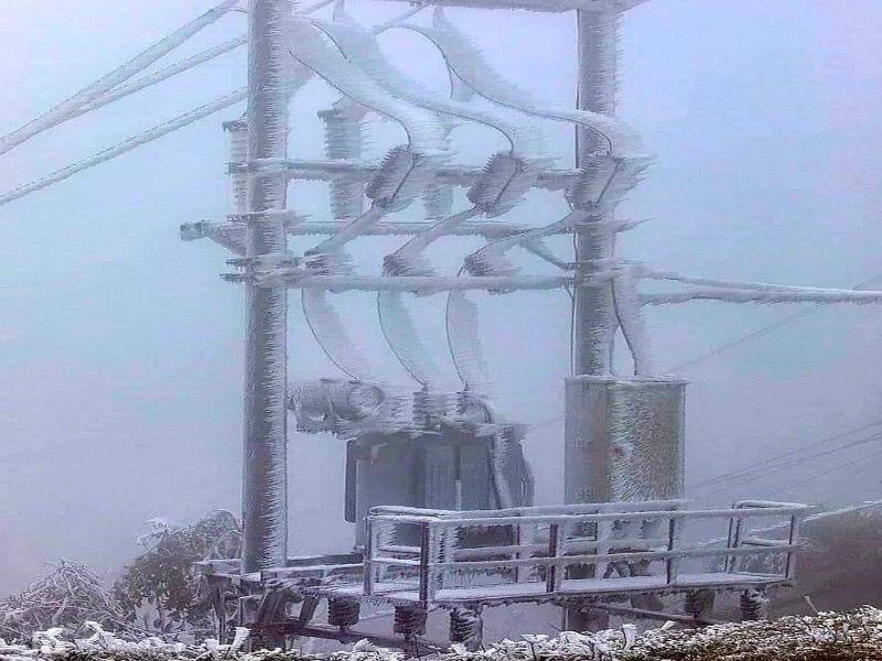 Đường dây điện, trạm biến áp ở Cao Bằng bị băng tuyết bao phủ - ảnh 1