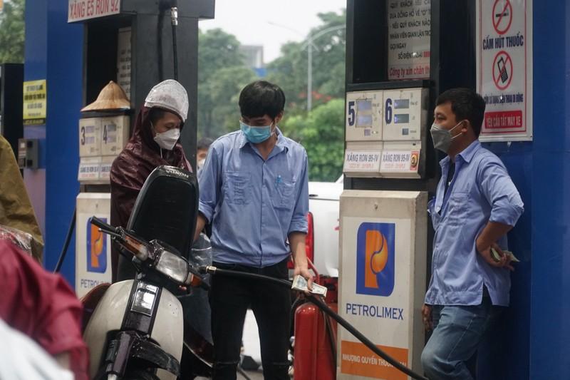 Chiều 11-10, giá xăng dầu đồng loạt tăng gần 1.000 đồng/lít - ảnh 1