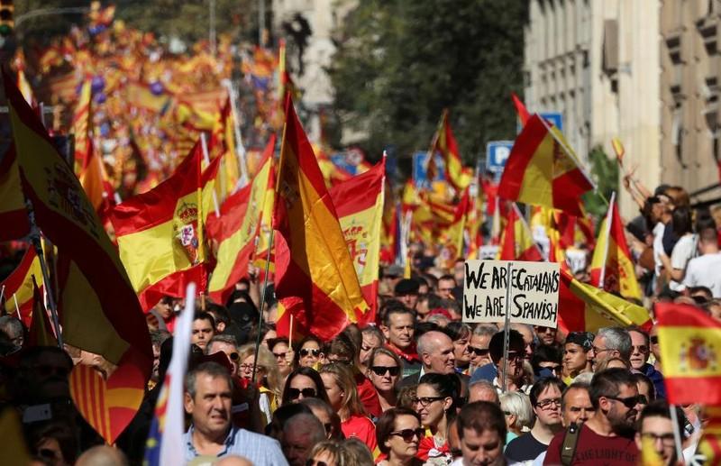 350.000 người biểu tình phản đối Catalonia độc lập - ảnh 1