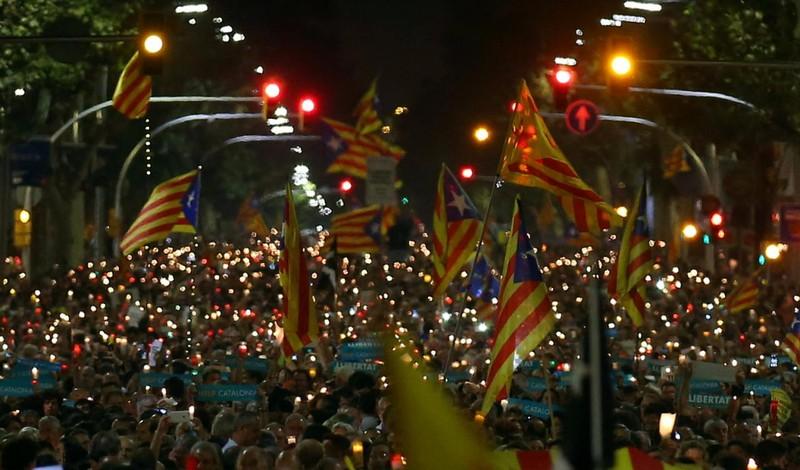 Catalonia sẽ ly khai nếu bị tước quyền tự trị - ảnh 2