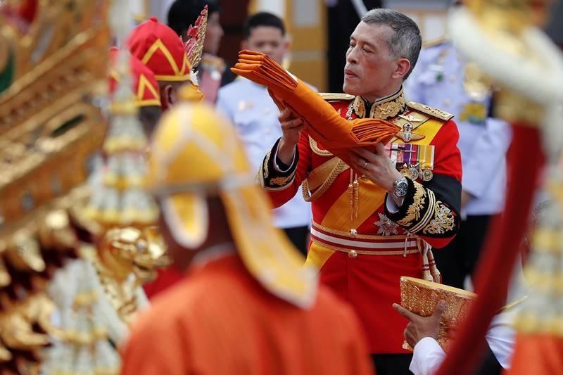 Dân Thái quỳ, tiễn đưa Vua Bhumibol đến đài hóa thân - ảnh 2