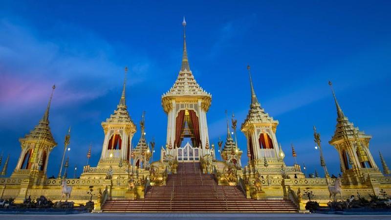 Dân Thái quỳ, tiễn đưa Vua Bhumibol đến đài hóa thân - ảnh 7