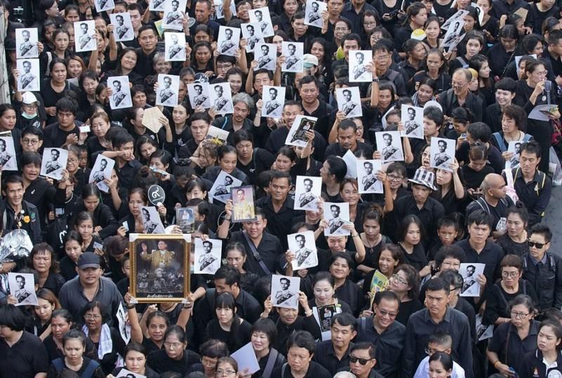 Dân Thái quỳ, tiễn đưa Vua Bhumibol đến đài hóa thân - ảnh 3