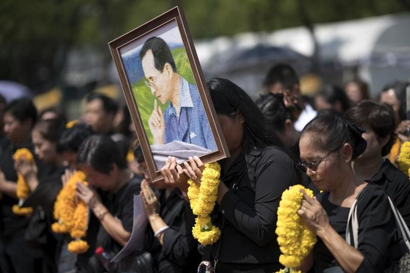 Dân Thái quỳ, tiễn đưa Vua Bhumibol đến đài hóa thân - ảnh 5