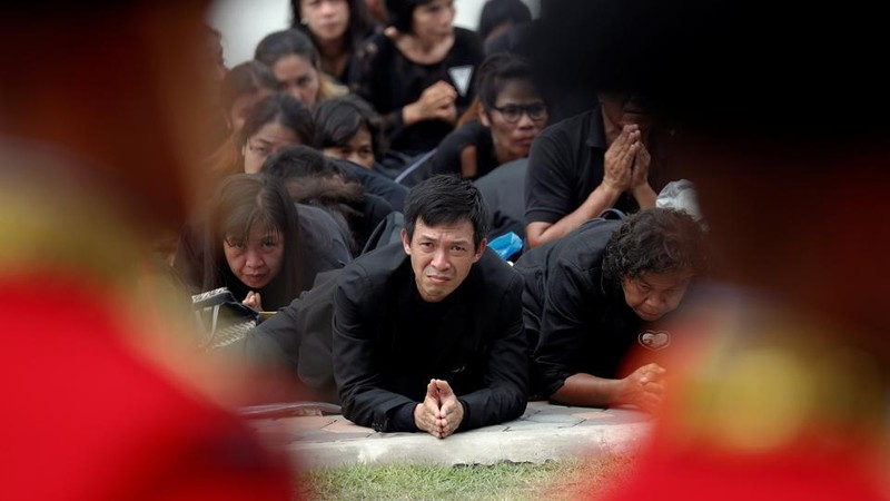 Dân Thái quỳ, tiễn đưa Vua Bhumibol đến đài hóa thân - ảnh 4