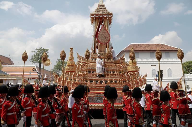 Dân Thái quỳ, tiễn đưa Vua Bhumibol đến đài hóa thân - ảnh 6