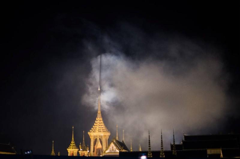 Cả Thái Lan bật khóc, tiễn tro cốt 'người cha vĩ đại' - ảnh 1