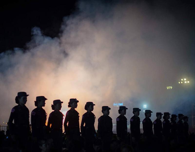 Cả Thái Lan bật khóc, tiễn tro cốt 'người cha vĩ đại' - ảnh 3