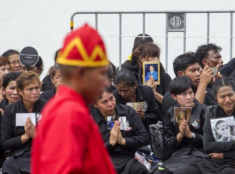 Cả Thái Lan bật khóc, tiễn tro cốt 'người cha vĩ đại' - ảnh 8