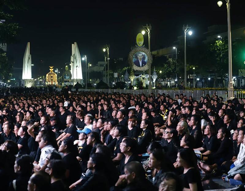 Cả Thái Lan bật khóc, tiễn tro cốt 'người cha vĩ đại' - ảnh 4
