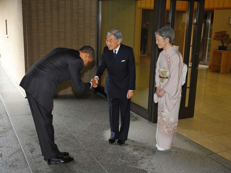 Diện kiến Nhật hoàng, Tổng thống Trump bắt tay đơn giản - ảnh 1