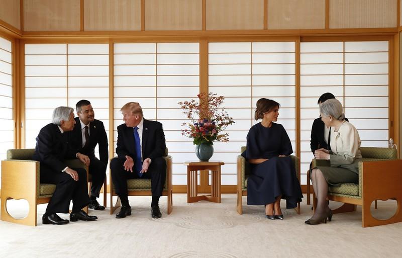 Diện kiến Nhật hoàng, Tổng thống Trump bắt tay đơn giản - ảnh 2