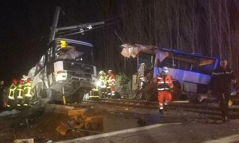 Tàu lửa đâm xe buýt đứt đôi, 4 học sinh thiệt mạng - ảnh 1