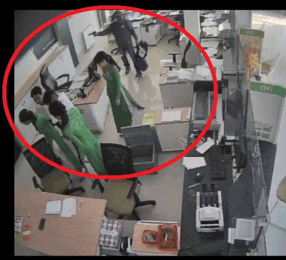 Đuổi tên cướp ngân hàng có súng như phim hành động - ảnh 1