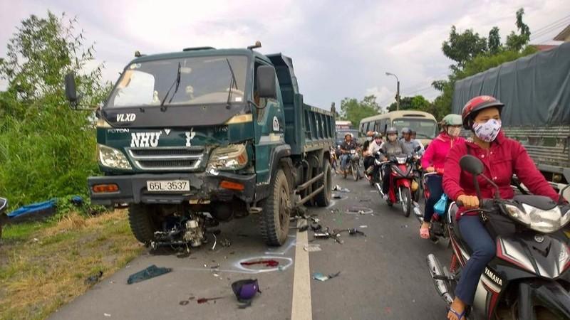 Vượt xe khách, thanh niên tông xe tải tử vong - ảnh 1