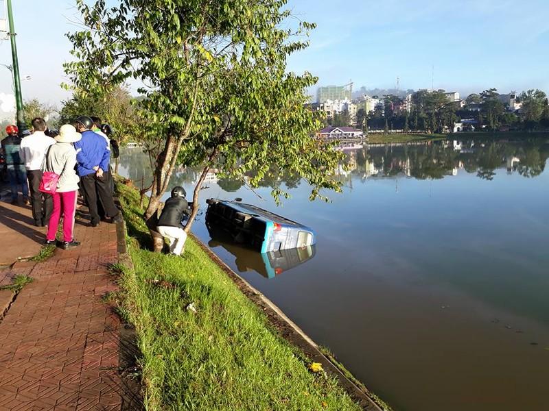 Tài xế buồn ngủ, xe khách lao xuống hồ Xuân Hương - ảnh 1