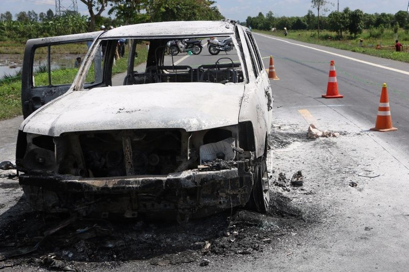Ô tô bốc cháy trên đường nghi bị cướp - ảnh 1