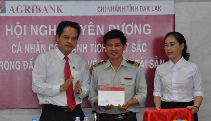 Agribank Đắk Lắk khen thưởng nhân viên ứng phó với cướp - ảnh 1