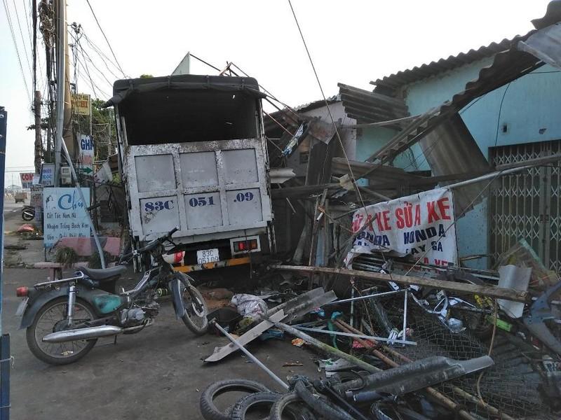 Xe tải ủi sập nhiều hiên nhà bên đường - ảnh 1