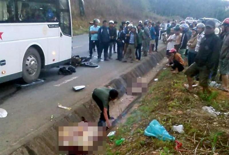 2 vợ chồng tử vong sau khi va chạm với xe khách - ảnh 1