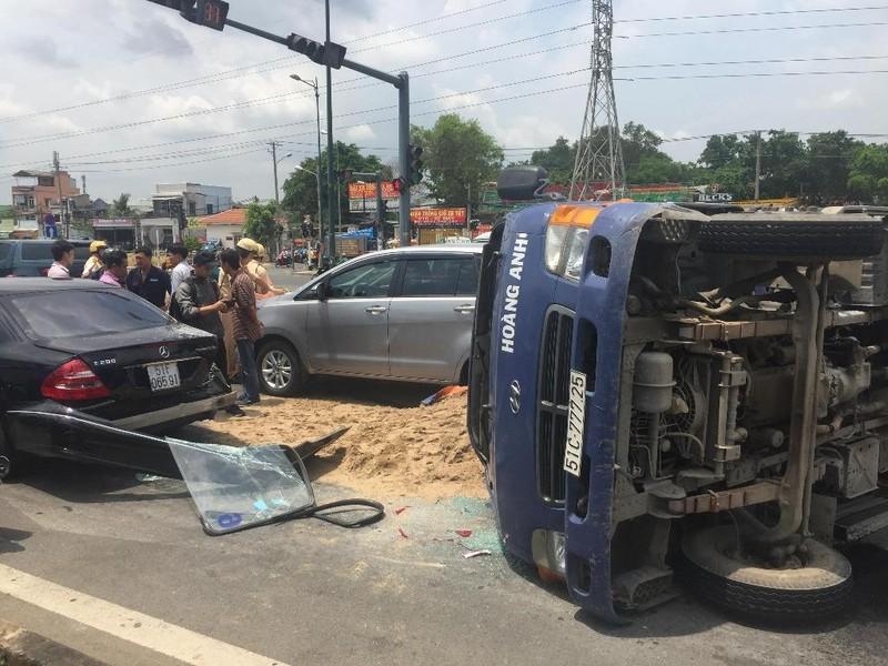 Xe tải lật, đè 2 ô tô con trên đường Phạm Văn Đồng - ảnh 1