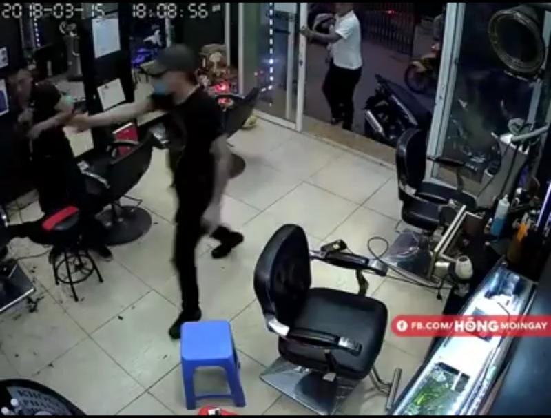 Nổ súng trong tiệm cắt tóc, một người nhập viện - ảnh 2